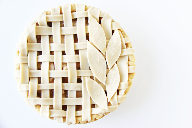 How to make a lattice and hand cut pie crusts leaves on classic apple pie. Happy Thanksgiving pies. 6 Brilliant Pie Crust Designs: I love these designs! I love making pies but sometimes they are really hard to make and I feel like I am making the same classic traditional pies every year! I needed some much inspiration for crust designs and a good recipe. This is a must see to for home bakers this thanksgiving! Pinning for later!