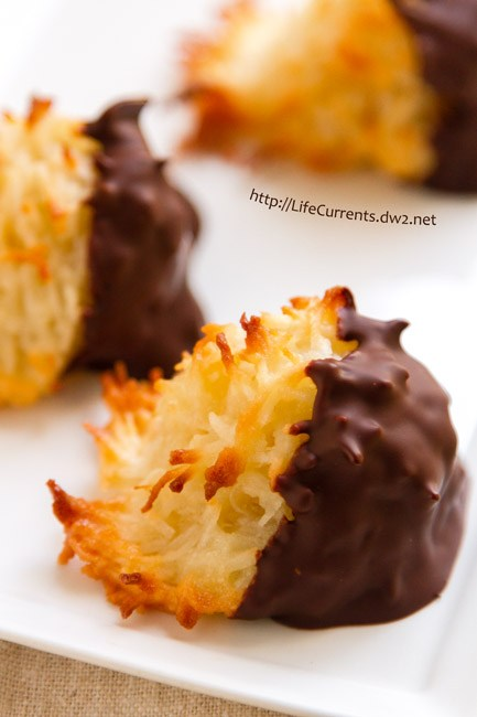 Chocolate Dipped Coconut Macaroons for 25 Days of Christmas Cookie Exchange: Christmas time is here! Yay! That means cookies!! I love baking and throwing parties! I love the idea of a cookie exchange. It really is genius! Hosting a cookie party for close family and friends sharing cookies and new recipes! I think this will be a new Holiday tradition for sure! Pinning for later!