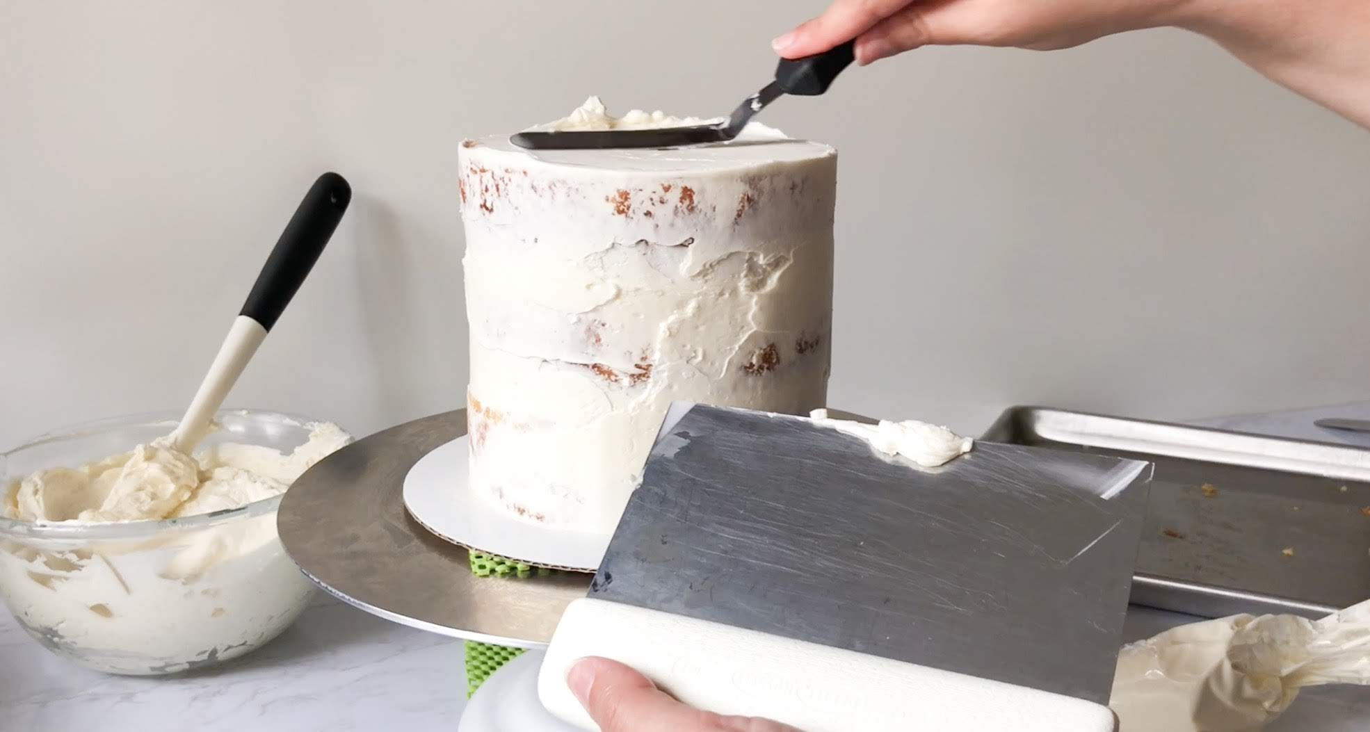 I love cake decorating but I get so worried I don't know what I am doing. Idk where to start and that's why I absolutely love this cake decorating guide on How to Crumb Coat a Cake! Creating the smooth, flawless buttercream finish you often find on professionally made cakes comes with practice. It also comes with the knowledge of a few insider techniques! #xokatierosario #cakedecoratingtipsandtricks #crumbcoat #nakedcakes #cakedecorating