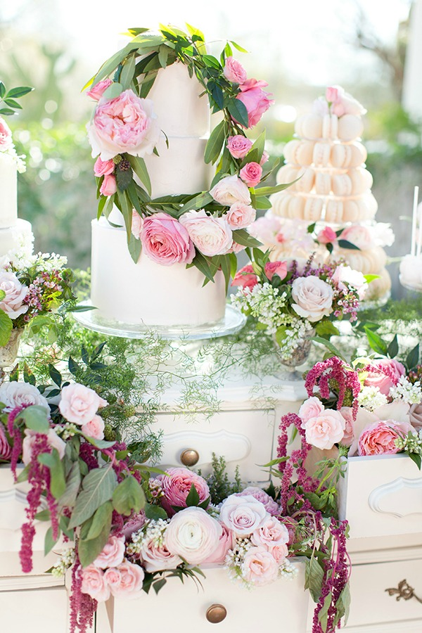 I'm obsessed with wedding cakes! Wedding cakes are a centerpiece on the big day and spring is a popular time to get married. Get inspired with these spring floral wedding cakes that every baker wants to make. I love the spring because of its blooming flowers and changing colors. Cake decorating gives you the opportunity to create lasting memories for the newlywed couple. Decorate a wedding cake that is unique to the couple getting married this spring. Pinning for later! #weddings #weddingcakes #springwedding #weddingchicks