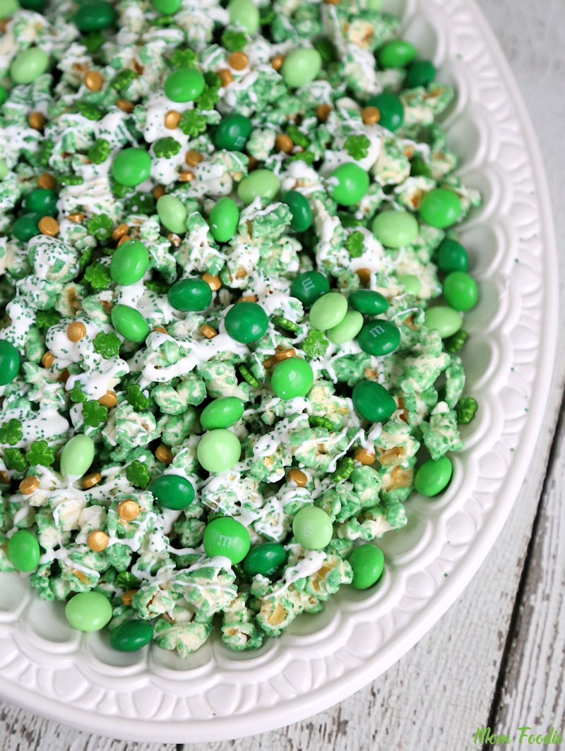 St. Patrick's Day is almost here and that means a lot green desserts and pretty rainbows everywhere! I love celebrating this festive holiday with green beer and Guinness cupcakes! Now all I need is dessert recipes perfect for St. Patty's Day. From shamrocks to mint and rainbows to everything delicious, these delightful recipes will help make your St. Patrick's Day very special. Pinning for later!#stpatricksday #stpattyday #easydesserts