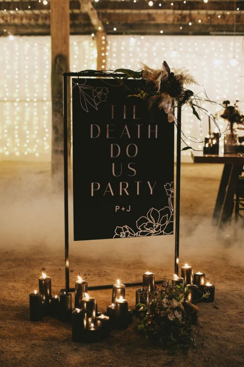 Forget the old cliche of white dresses and cakes with pink frosting; we're talking about a spooky wedding! This year's hottest trend is taking your favorite horror movie and turning it into an event.